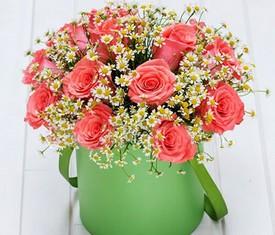 ромашки и розы в шляпной коробке