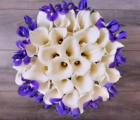 букет из цветов каллы и ирисов