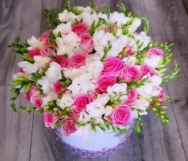 45 белых фрезий и 20 розовых роз в подарочной шляпной коробке