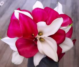 букет из цветов малиновых и белых калл