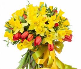 букет из цветов желтых нарциссов и тюльпанов