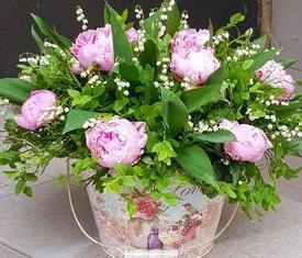 красивые ландыши и розовые пионы в шляпной коробке