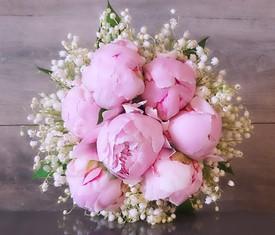 цветы пионы и ландыши в букете