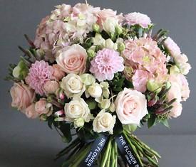 букет из георгинов, роз и гортензий