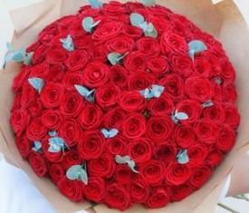 букет из 151 розы и эвкалипта