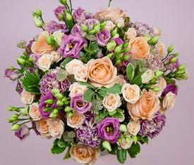 букет из гвоздики роз и эустомы