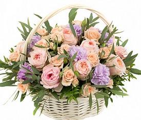 корзина из цветов гвоздики и садовых роз