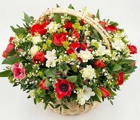25 цветов ландышей и красных маков анемонов в корзине